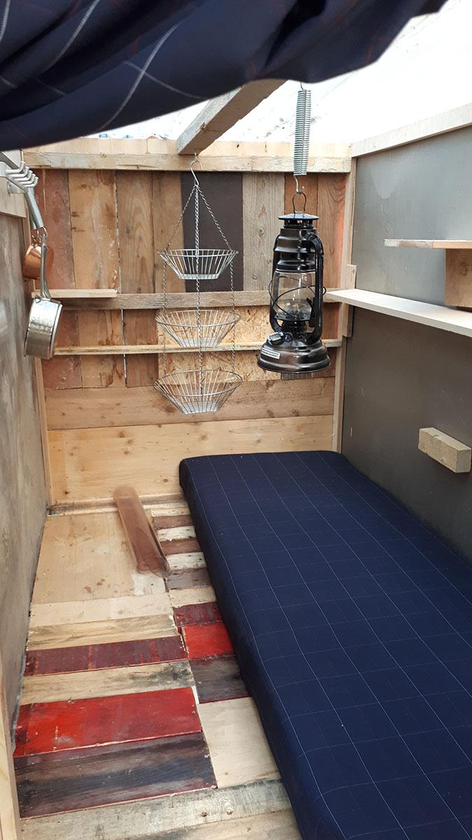 raumausstattung mini wohnwagen f r m nchener obdachlose. Black Bedroom Furniture Sets. Home Design Ideas